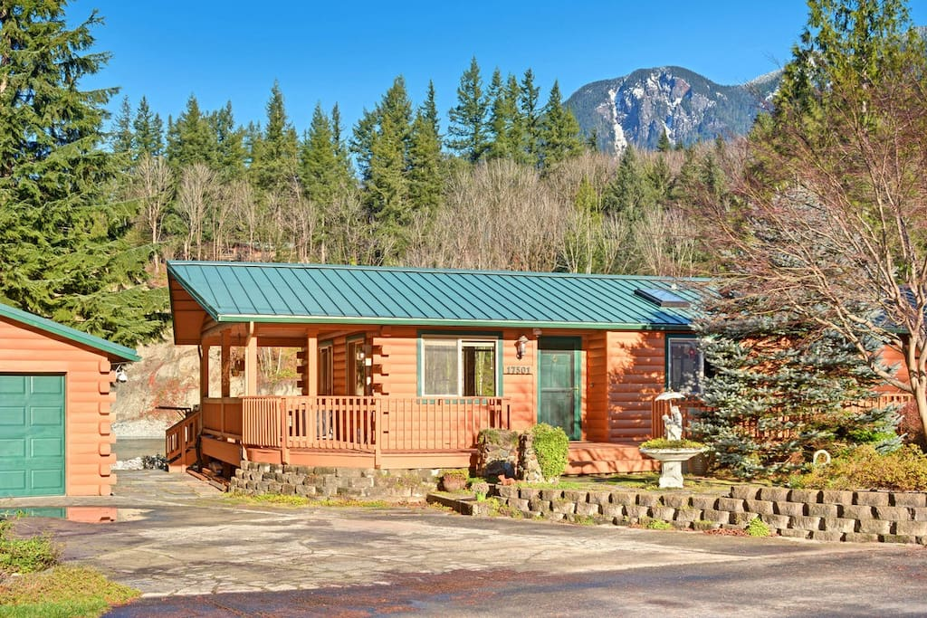 Driveway provides plenty of space for parking. Mountain views!