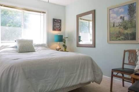 Charming Oroville home private bedroom