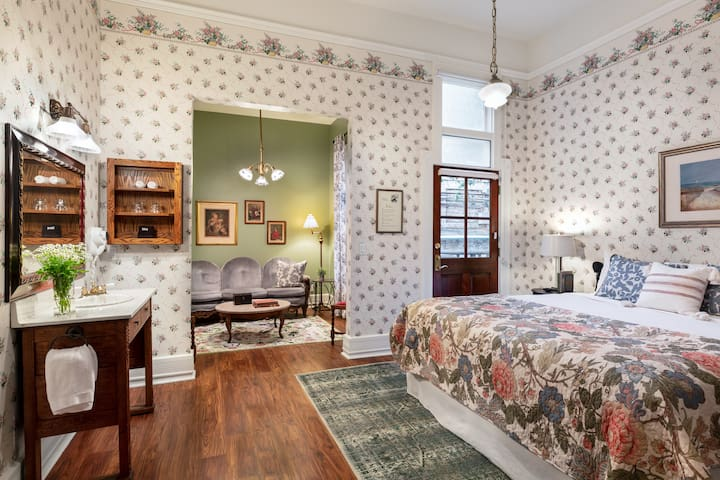 The Lovers Suite in Downtown SLO's Most Historic Boutique Hotel - Complimentary Breakfast