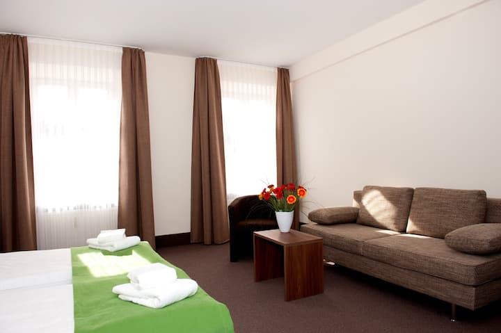 """Hotel Adler (Eichstätt), Juniorsuite """"Adler"""" mit kostenfreiem WLAN in historischem Gebäude"""