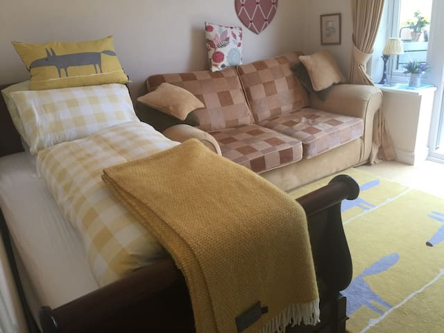 Cosy Single Room in Family Home with TV and Wi Fi