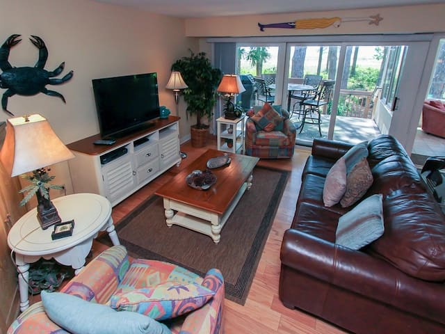 Spacious living area in 1415 South Beach Club with access to the balcony