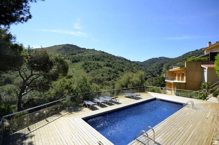 Modern spacious terraced house, located 500 meters from Sa Tuna beach. Sunny position and - Begur - Huis