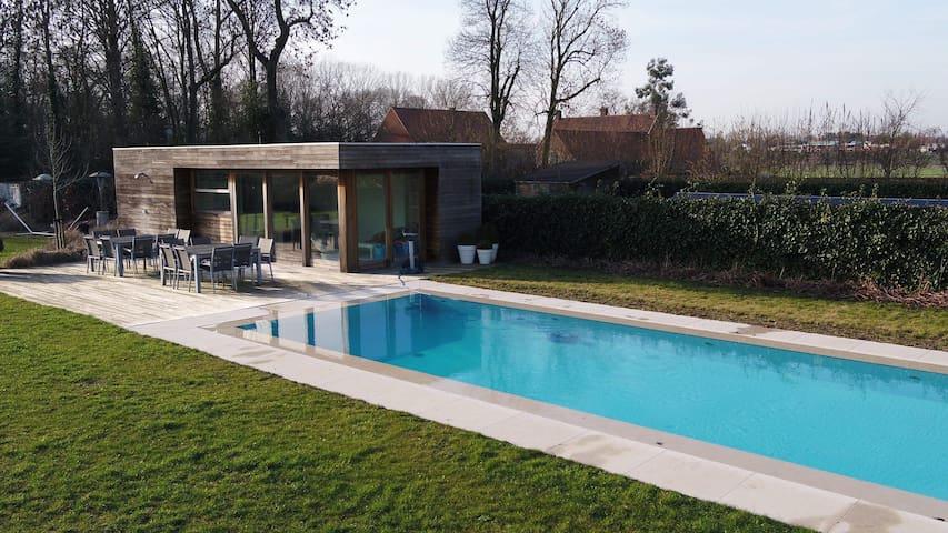 Ruime poolhouse met zwembad, toilet, douche,...