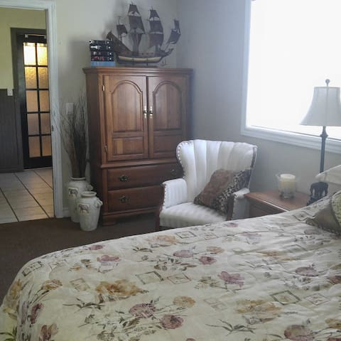 Queen bedroom suit close to ski and golf - Hillsdale