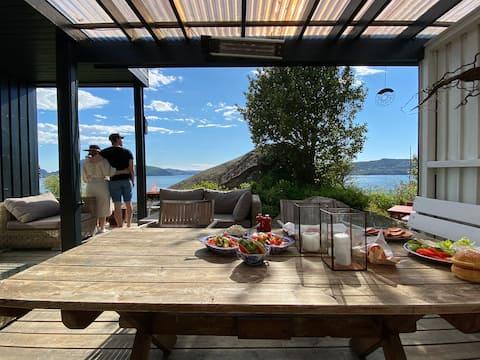 Funkis villa med flott beliggenhet like ved sjøen.