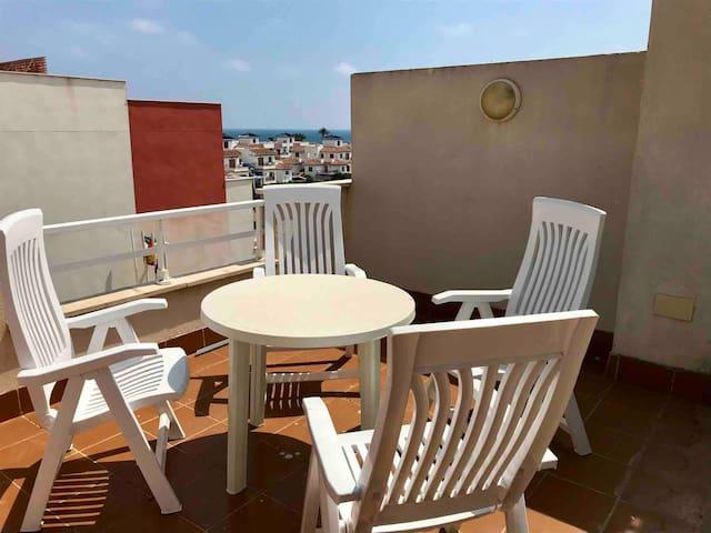 Vistas desde la terraza del jacuzzi con mesa y sillas para disfrutar de las vistas