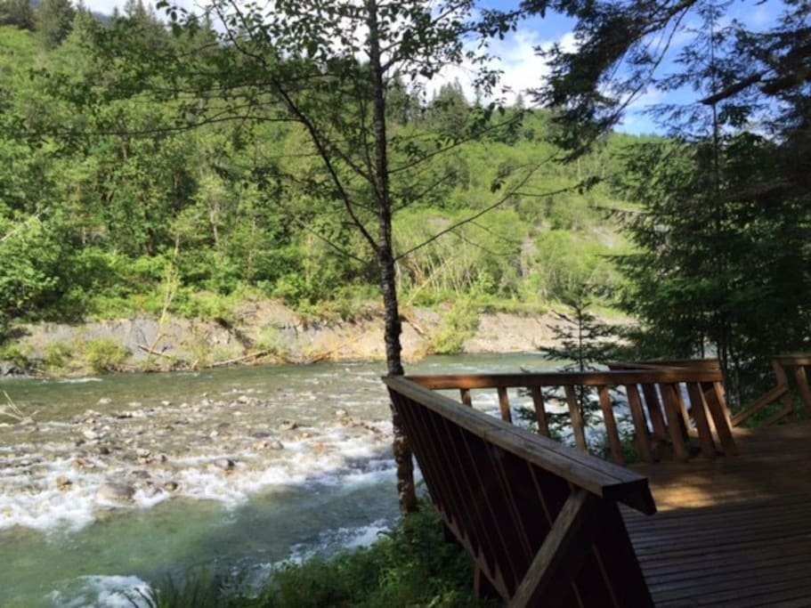 A river runs through it houses for rent in skykomish for Tye river cabin co