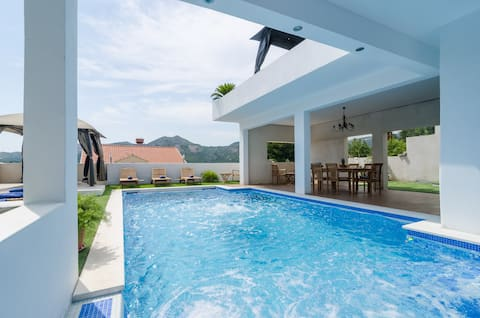 Villa Luciana Residence - Five-Bedroom Villa with Two Pools and Spa Center