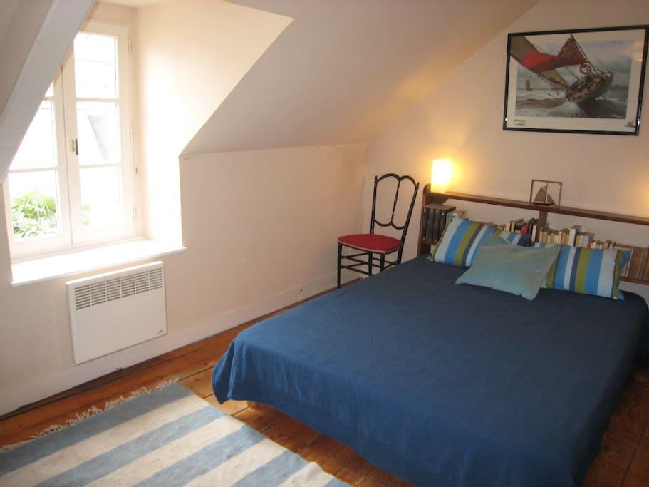 Chambre double avec lavabo privé armoires et placard