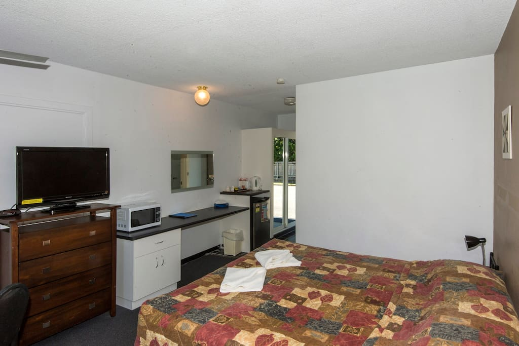 Room includes tea coffee making facilities, toaster & microwave and flatscreen TV with Foxtel.