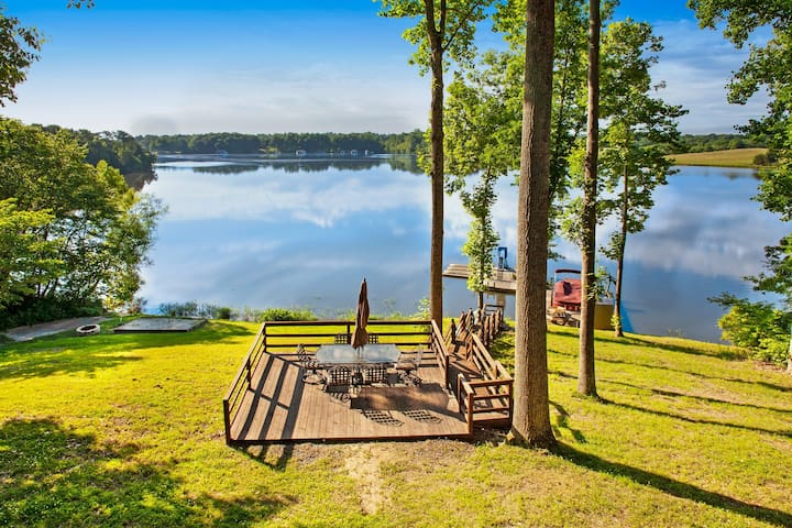 Lakefront log cabin on 3 acres w/ lake views, two kitchens, decks & BBQs