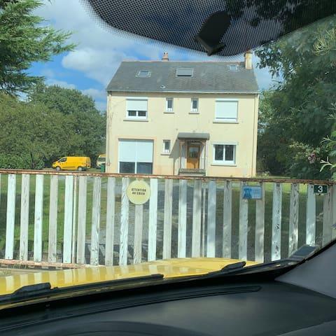 Façade de la maison  Num 3 la Bizolais  Souvent des voitures jaunes dans le jardin