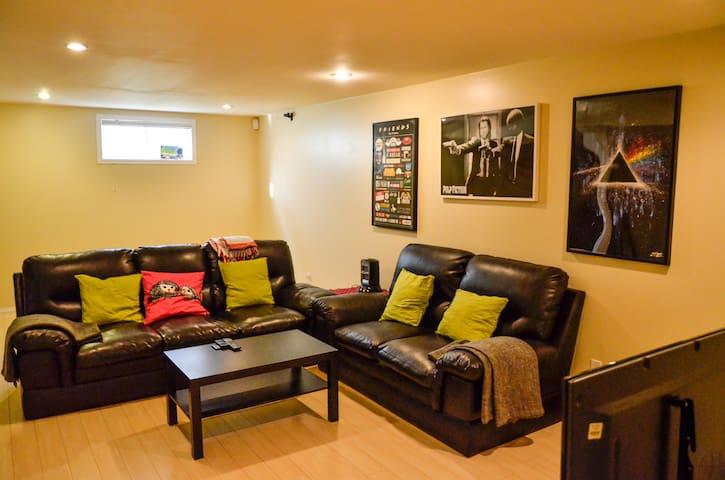 Huge entire basement suite mins frm Heritage stn - Calgary - Talo