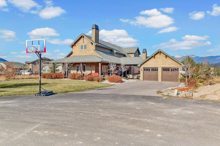 Beautiful Dover Bay home w/ private hot tub & indoor/outdoor fireplaces!