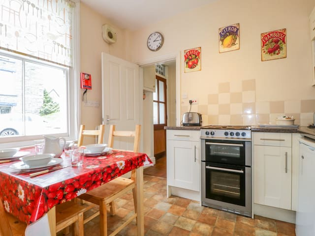 PELHAM HOUSE, pet friendly, with open fire in Keswick, Ref 972463