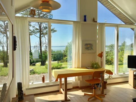 Cozy annex w. panoramic views overlooking lake.
