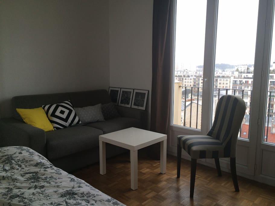 Salon/chambre cosy sur parquet avec BZ de qualité + balcon