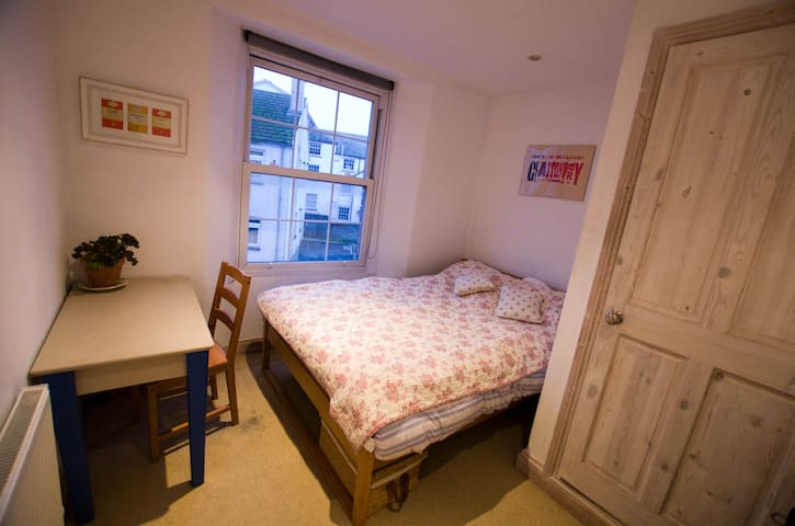 Double room in flat in (very) central Falmouth - Falmouth - Bed & Breakfast
