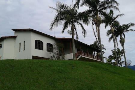 Maravilhosa casa em Sítio - Joanópolis - Hytte