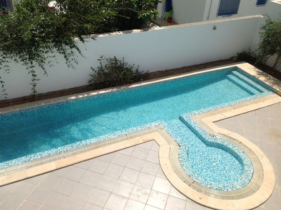 swimming pool, shallow end, from middle bedroom