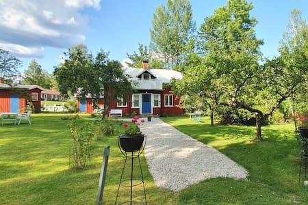 Kleines rotes Sommerhaus in Fengersfors, Dalsland