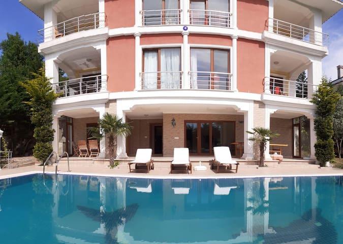 Şile merkeze yakın özel havuzlu müstakil villa