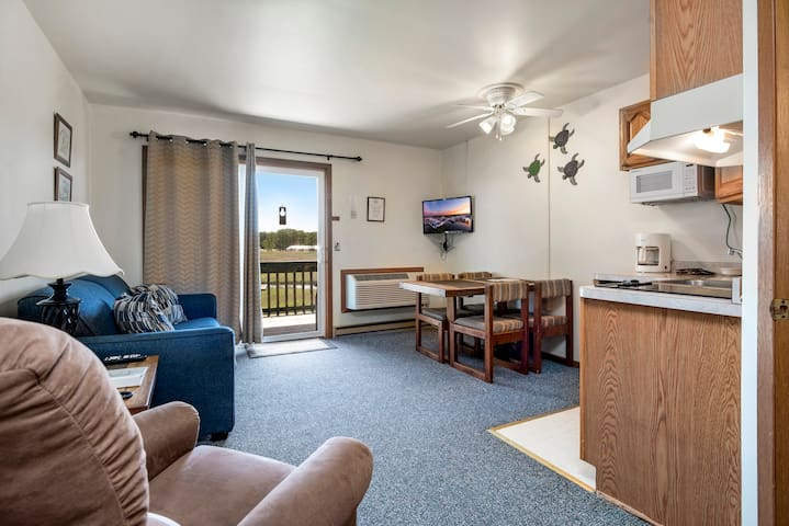 Assateague Inn 208 is an adorable Studio that sleeps 4 with lovely water views and an Outdoor Pool.