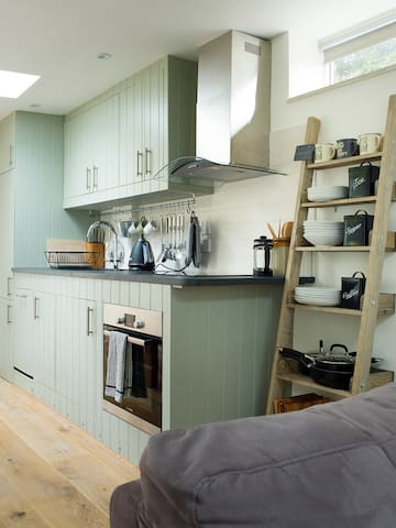 The Potting Shed 2 Bed Apartment Private Parking