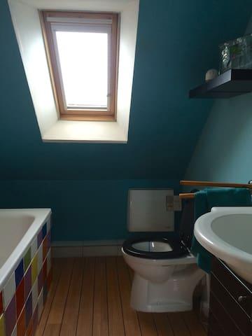 Salle de bain fonctionnelle avec baignoire