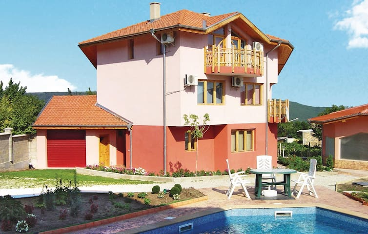 Holiday cottage with 6 bedrooms on 320m² in Rogachevo Village