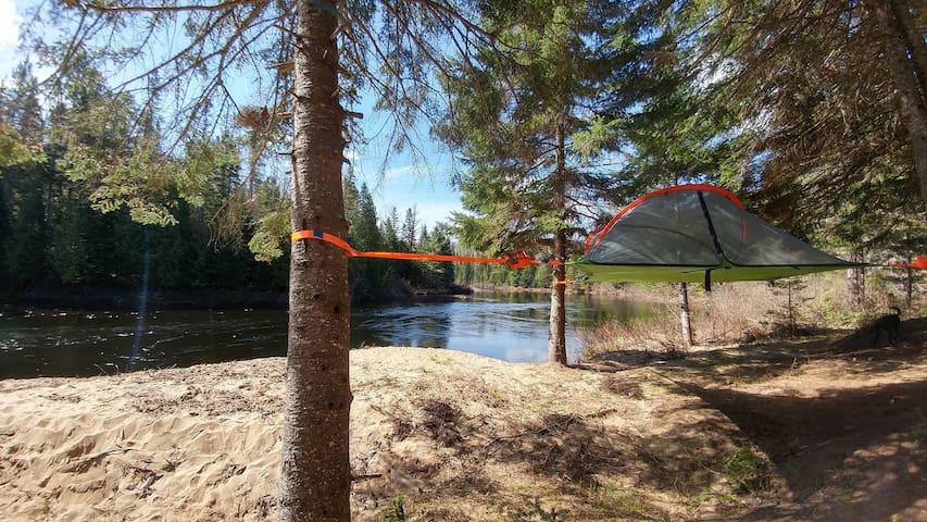 Tente suspendue face à la rivière Ouareau