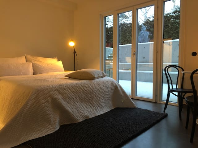 studio apartment with large patio 8 min to city
