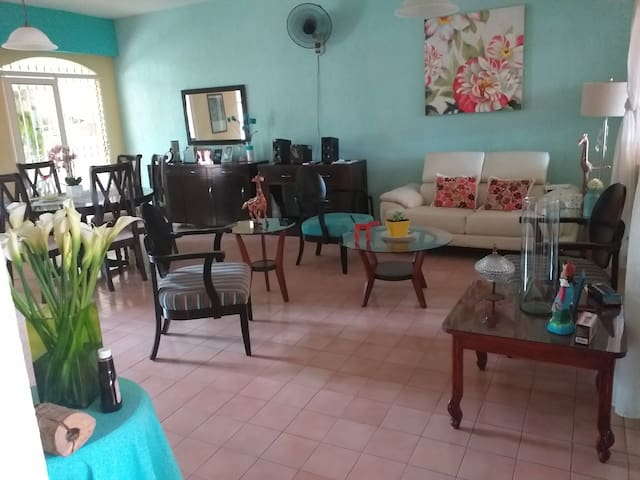 Bonita y limpia casa, ambiente familiar.