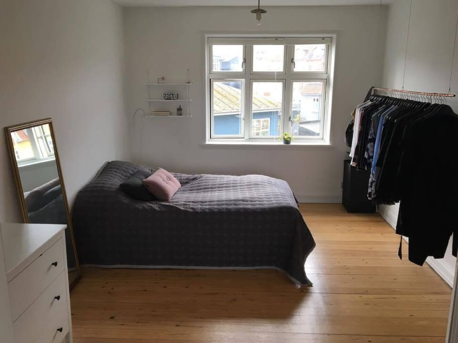 Soveværelse - sengen måler 140x200