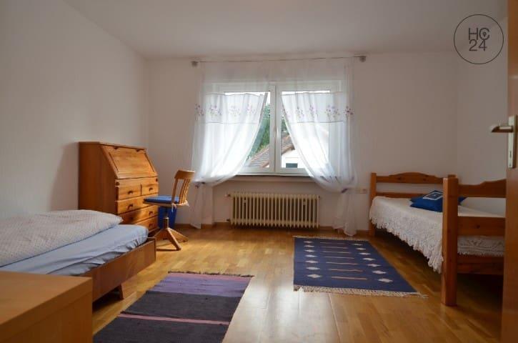 """Geräumiges """"Kinderzimmer"""" mit 2 Einzelbetten, großem Schrank, Schreibtisch, sowie Kommode und herrlichem Blick in den Garten. (Storchennest)"""