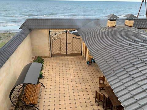 Каменный дом, в 5 метрах от Приморского пляжа.