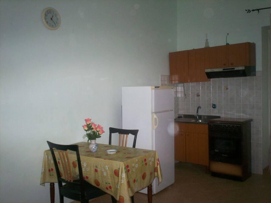 La prima stanza è la sala da pranzo con angolo cottura.