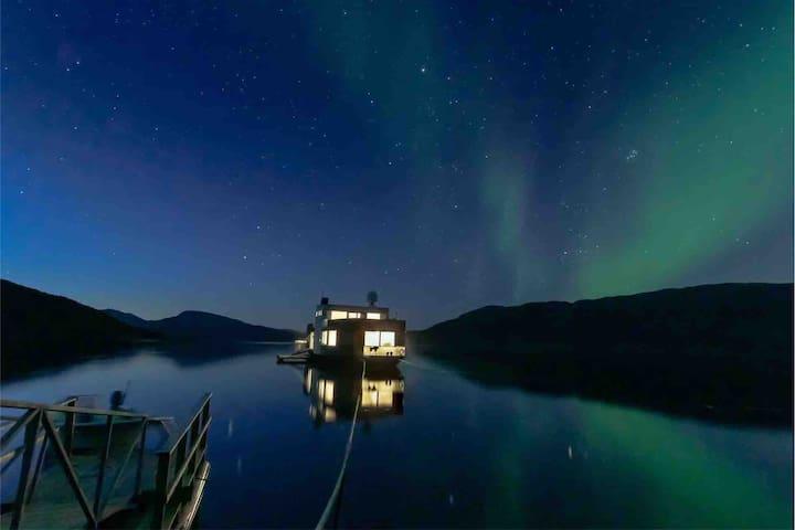 Volda Floating Home - Under the northern lights