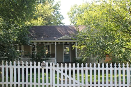 Family-Friendly Home Walkable to Dickson & U of A - ฟาแยตวิลล์ - บ้าน