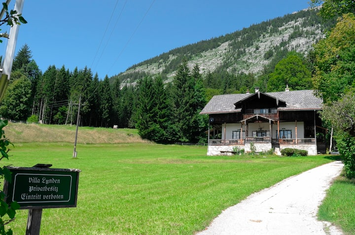 Authentic lake side Villa in Altaussee