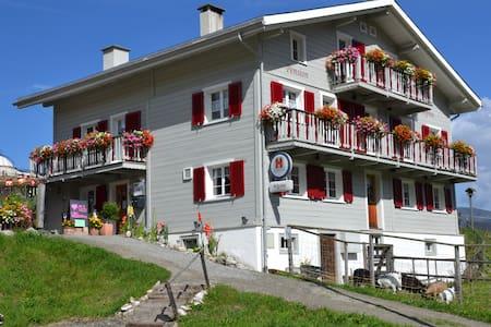 Uriges Gasthaus in den Bündner Bergen - Tschappina