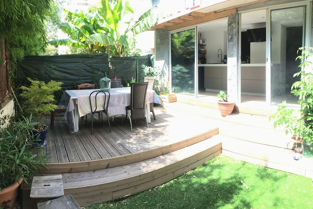 Jardin de 30m2 avec terrasse et table jusqu'à 8 personnes