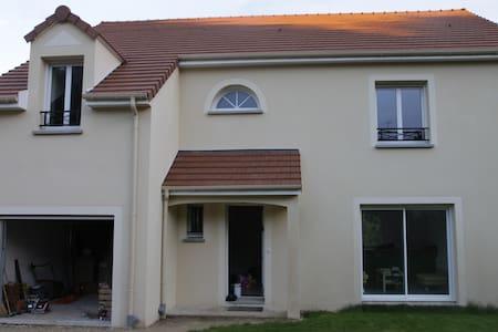 Chambre dans grande maison neuve - Saint-Chéron