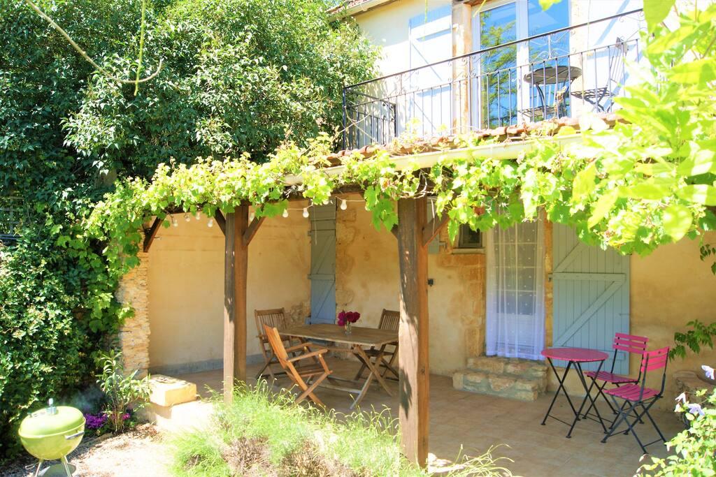 the roofed terrace area / la terrasse couverte