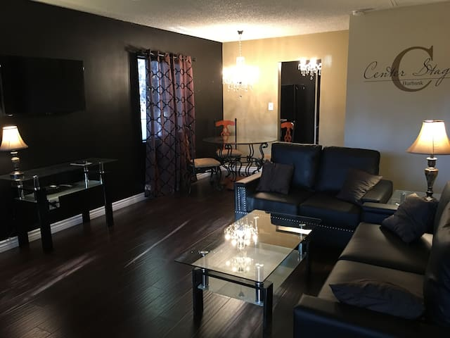 """CENTER STAGE"" LUXURY 4 Bedroom in Burbank! - Burbank - Casa"