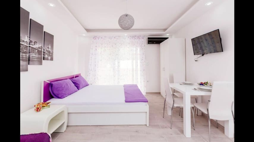 Dream Vacation Apartments- Purple Studio