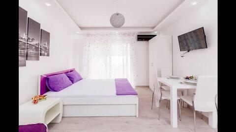 Dream Vacation Apartments- Purple Studio