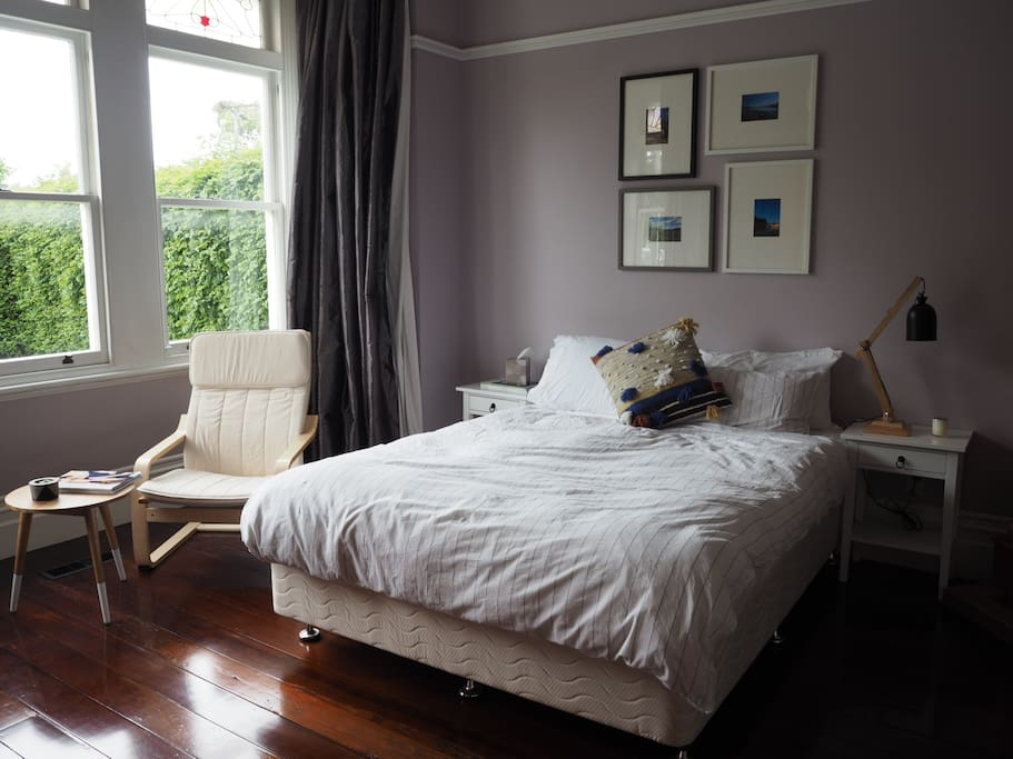 Large double bedroom with queen sized bedjj