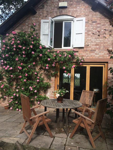 Stylish country cottage  close to Chester